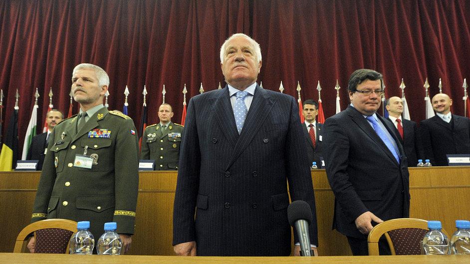 Petr Pavel (zleva), Václav Klaus a Alexandr Vondra na velitelském shromáždění