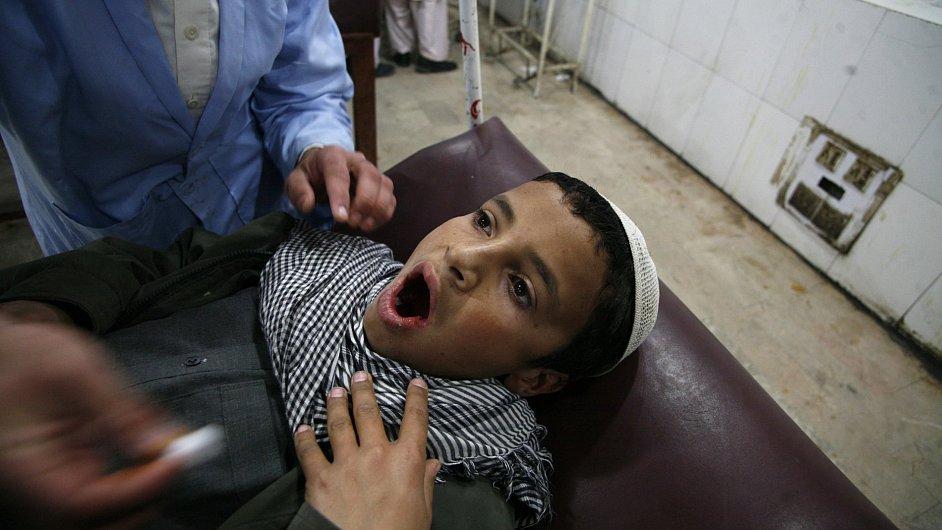 Lékař ošetřuje dětského pacienta v pákistánské nemocnici