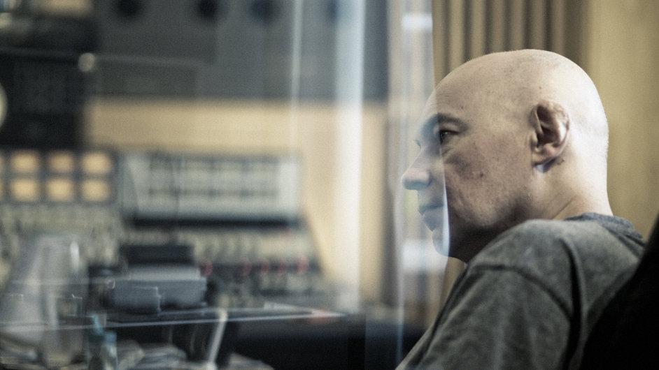 Kontrabasista Jaromír Honzák při natáčení alba.