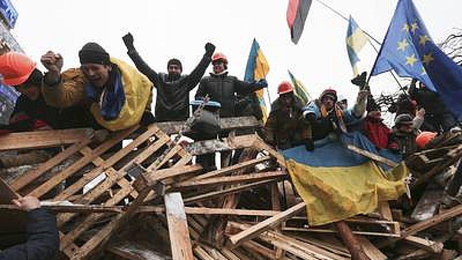 Demonstranti na barikádách v centru Kyjeva slaví po stažení policie.
