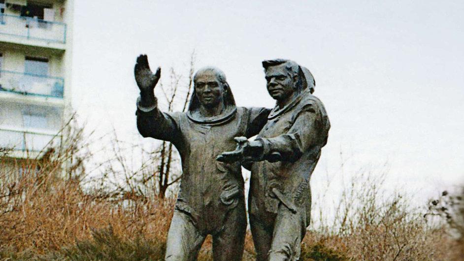 Sousoší Vladimíra Remka s Alexejem Gubarevem od Jana Bartoše z roku 1979 u východu z metra na pražských Hájích.