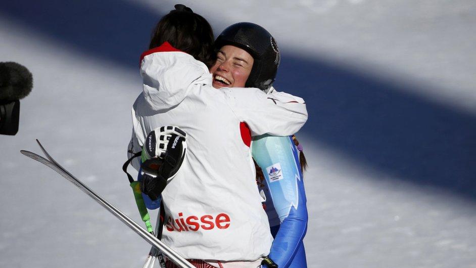 Vítězky Dominique Gisinová a Tina Mazeová v cíli olympijského sjezdu v Soči