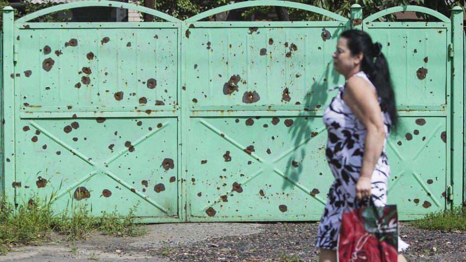 Díry od šrapnelu jako pozůstatky bojů ve Slavjansku