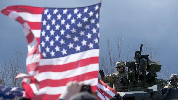 Úctyhodnému počtu lidí stál konvoj za to zvednout se, vyrobit transparent, zakoupit americkou vlajku a/nebo bednu piv.