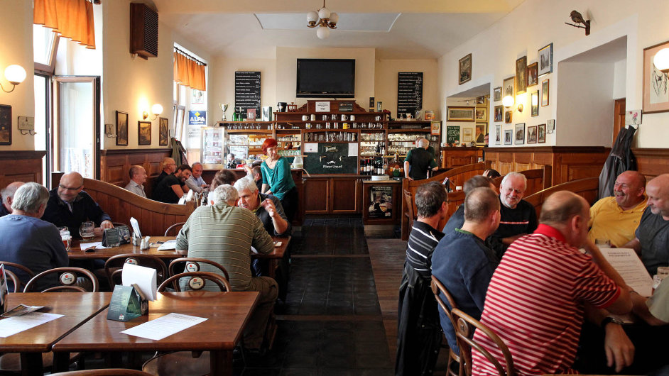 Ministerstvo financí zvažuje snížení DPH za jídla v restauracích. (Na snímku vyhlášená nuselská restaurace U Bansethů.)