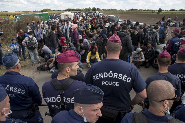 Maďarská policie hlídá ve vesnici Roszke.