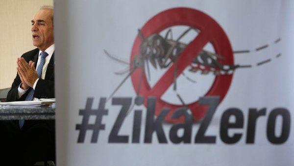 Brazilský ministr zdravotnictví Marcelo Castro vedle transparentu k boji s virem zika.