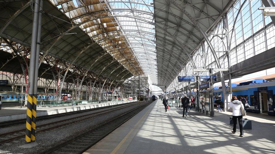 Speciální přístup bude vyžadovat pražské hlavní nádraží. SŽDC bude muset vyřešit, zda nechá budovu dál opravovat italskou firmu Grandi Stazioni, která ale neplní podmínky smluv.