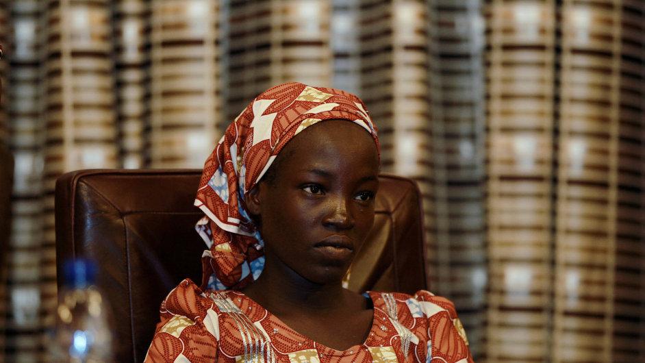 Amina Ari, první ze zachráněných dívek ze zajetí radikální organizace Boko Haram, se setkala s nigerijským prezidentem.