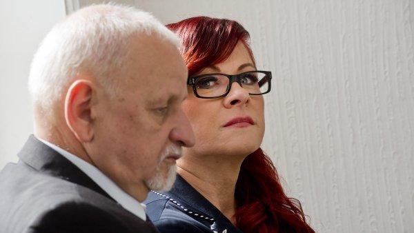 Jana Nečasová se svým advokátem Eduardem Brunou před začátkem soudu.