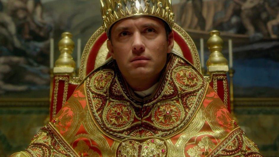 Papeže v seriálu Young Pope ztvárnil Jude Law.