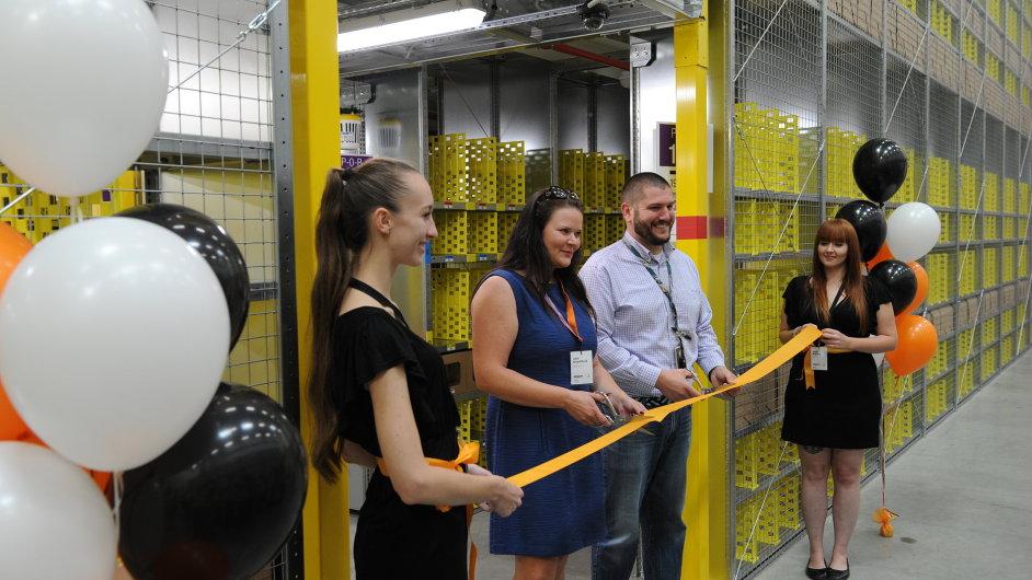 Ředitel distribučního centra Matt Greene spolu se starostkou Dobrovíze oficiálně otevřeli poslední část obří budovy.