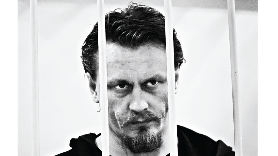 Mužem na plakátu je Oleg Vorotnikov, lídr umělecké skupiny Vojna.