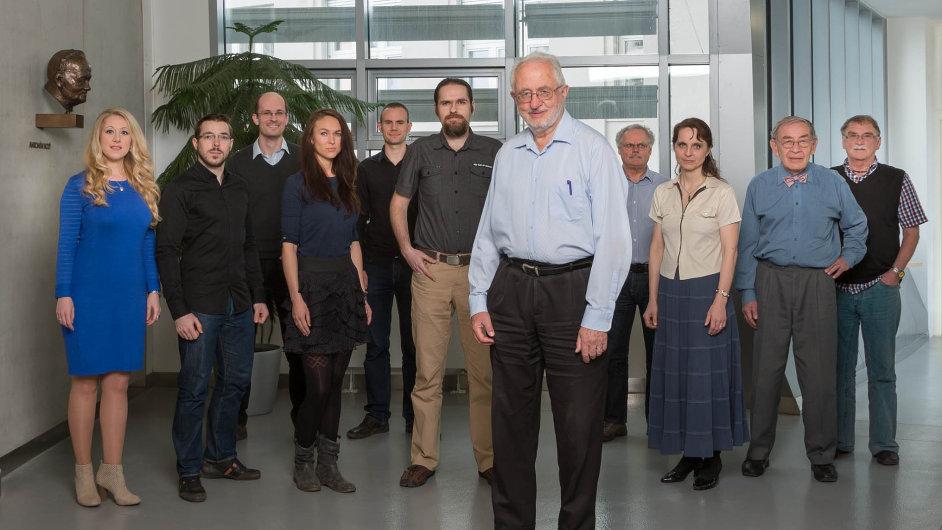 Vědec se svými spolupracovníky. Chemik Josef Michl (vpopředí uprostřed) vÚstavu organické chemie abiochemie Akademie věd.