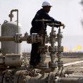 Cena ropy klesla na týdenní minimum, trhy oèekávají obnovení rùstu tìžby v USA