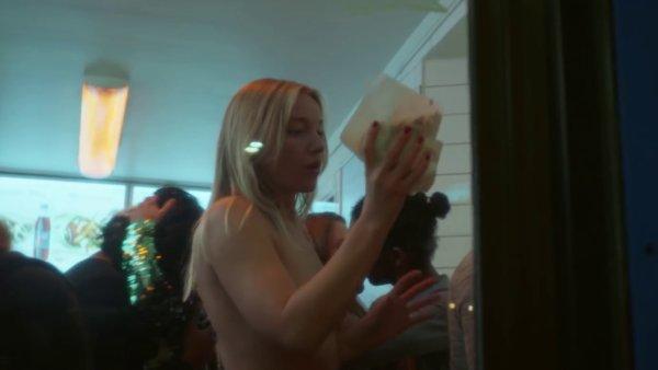 Snímek z nového videoklipu písničkářky Jenny Hvalové.