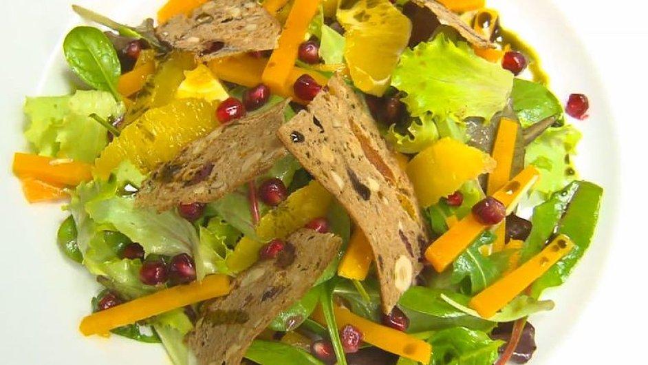 Salát z máslové dýně, s granátovým jablkem a pomerančovým dresinkem od šéfkuchaře Marka Fichtnera - Ilustrační foto