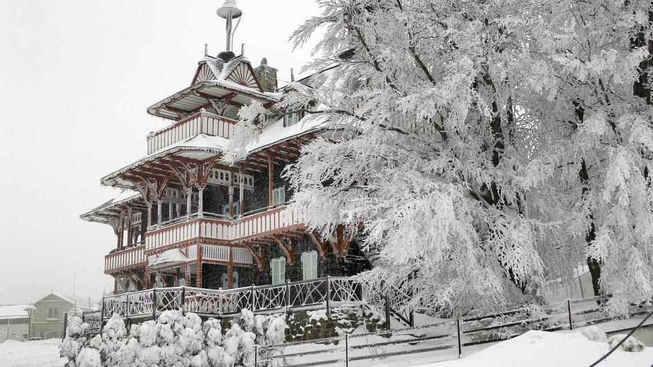 Pustevny, nejnavštěvovanější horské středisko Beskyd. Zdobí je Jurkovičovy klenoty lidové secese Maměnka aLibušín anad osadou bdí pohanský bůh Radegast.