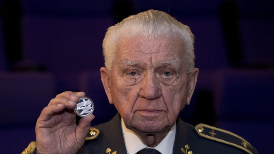 Emil Boček na snímku z kina Pilotů ukazuje jednu ze stříbrných pamětních mincí s motivem RAF.