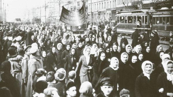 Zhroucení tři sta let vládnoucí monarchie Romanovců v Rusku odstartovaly demonstrace žen.