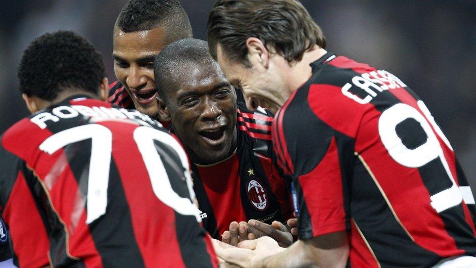 Fotbalisté AC Milán slaví kolem záložníka Seedorfa.