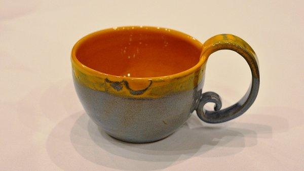 Ručně vyráběný keramický šálek na čaj z kolekce First Lady.