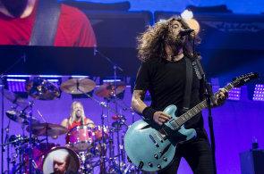 Koncertu Foo Fighters v Praze tleskalo 14 tisíc lidí. Mnozí zapomněli, že mají místa k sezení
