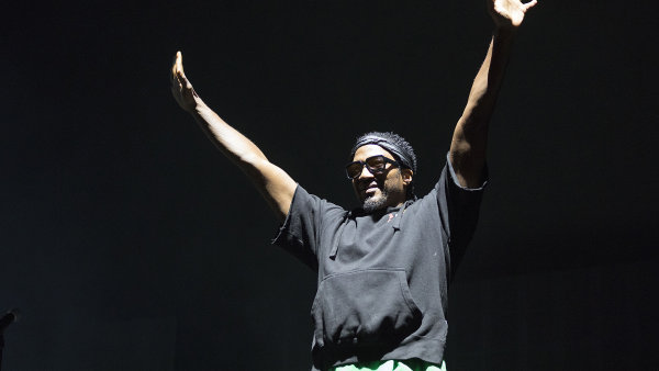 Rapper Q-Tip se loučí na snímku z červencového vystoupení A Tribe Called Quest v americkém Los Angeles.
