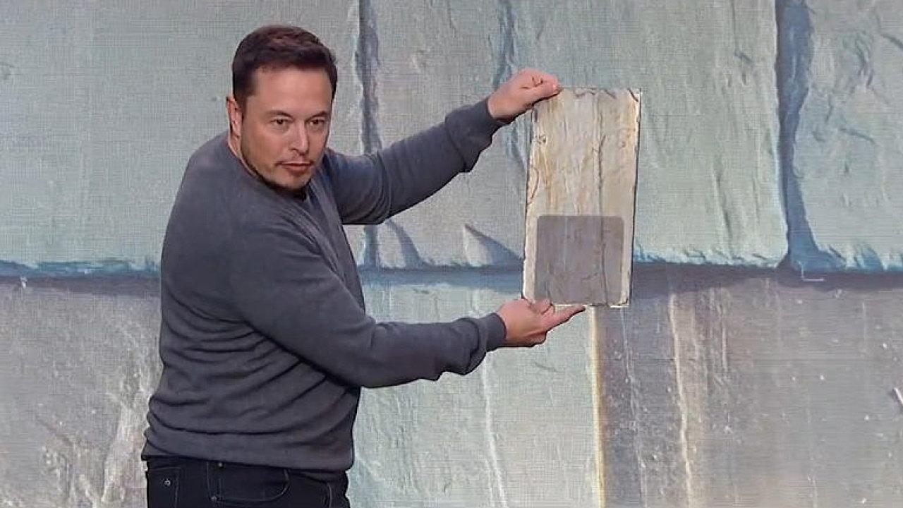 Vizionář Elon Musk začal montovat i revoluční solární střešní tašky. Vypadají jako klasické