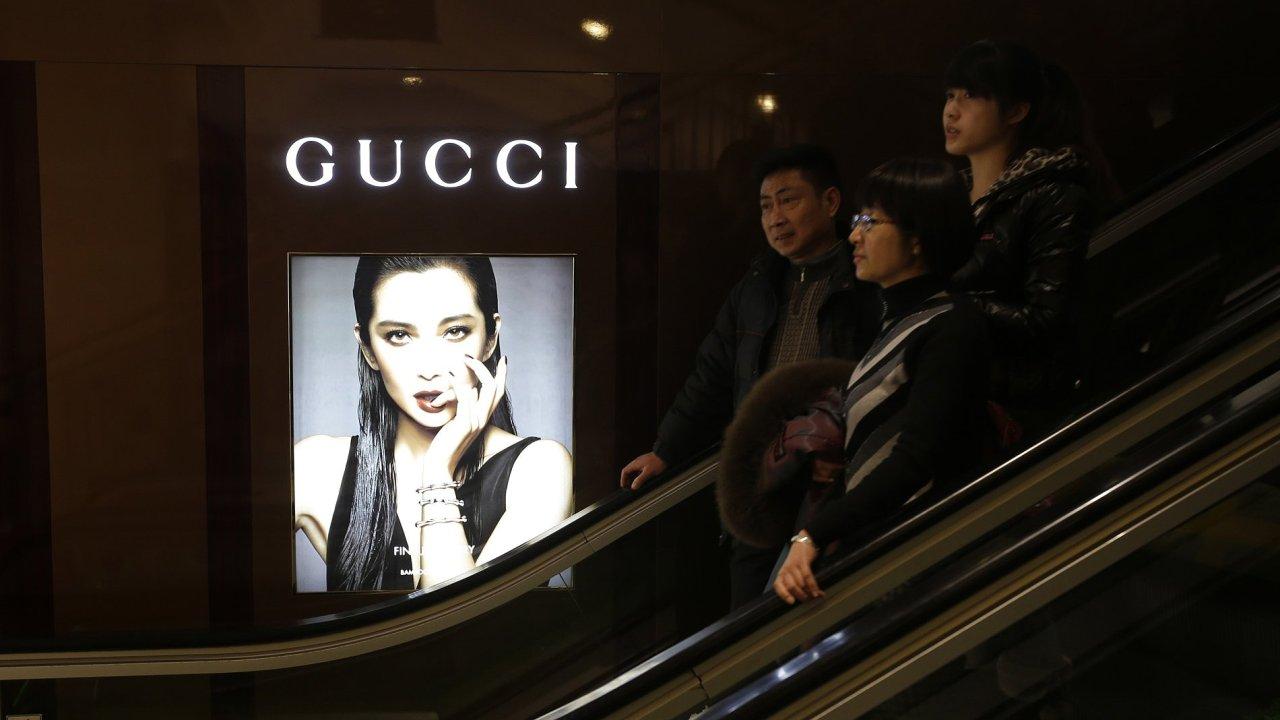 Reklama módního domu Gucci v obchodním domě ve Wu-chanu