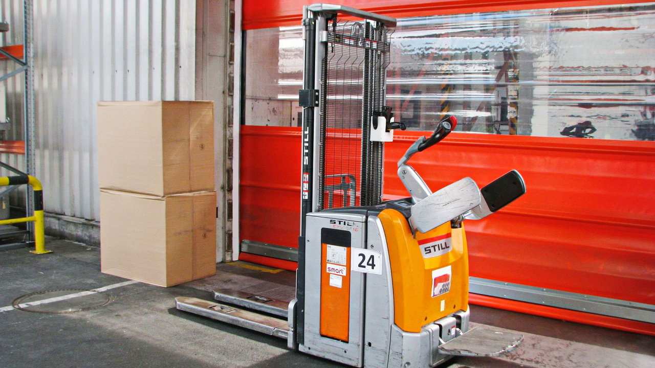 Poslední dodávka do plzeňského závodu HP Pelzer zahrnuje i deset ručně vedených vozíků.
