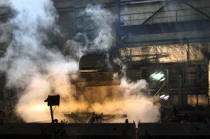 Vítkovice Heavy Machinery zprovoznily ocelárnu a stahují zaměstnance z dovolené. Firmu přebírá Strnad, který chce obnovit důvěru trhu
