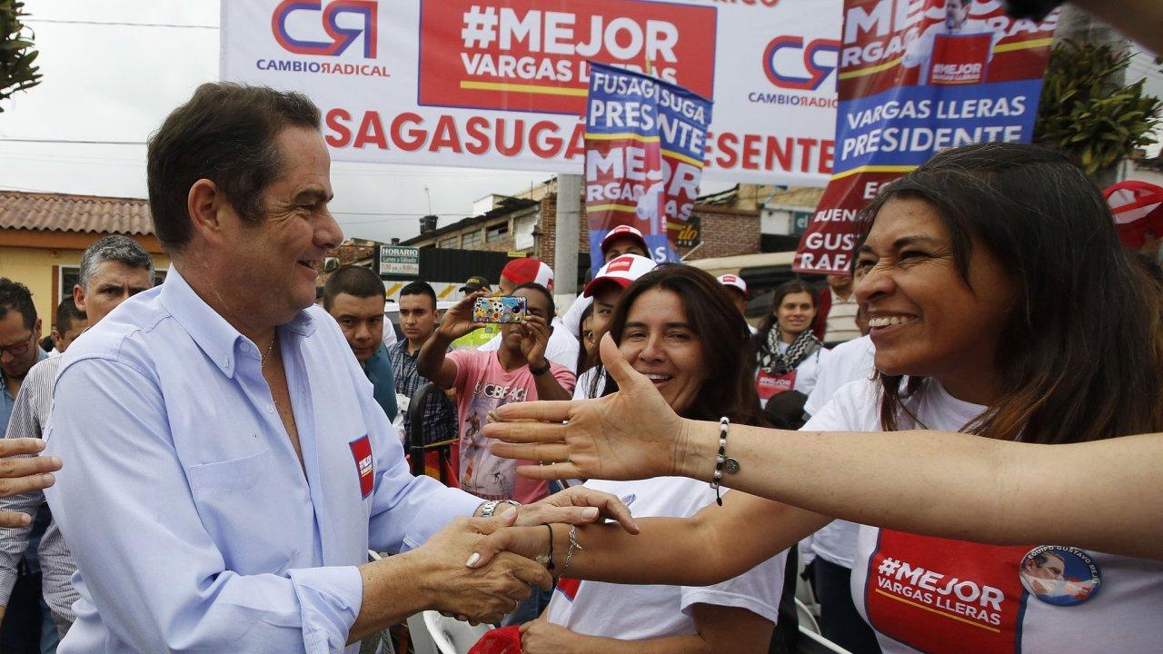 Germán Vargas zdraví své příznivce ve městě Fusagasuga.