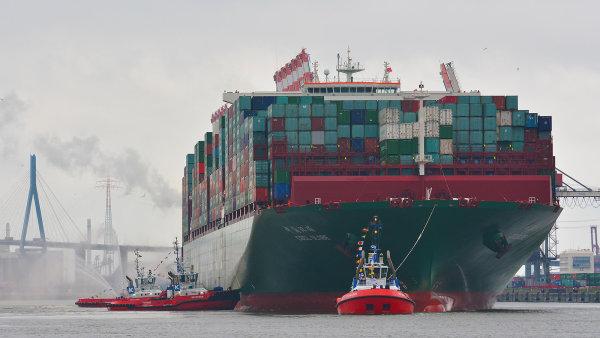 Kontejnerová loď v přístavu Hamburk – ilustrační foto.