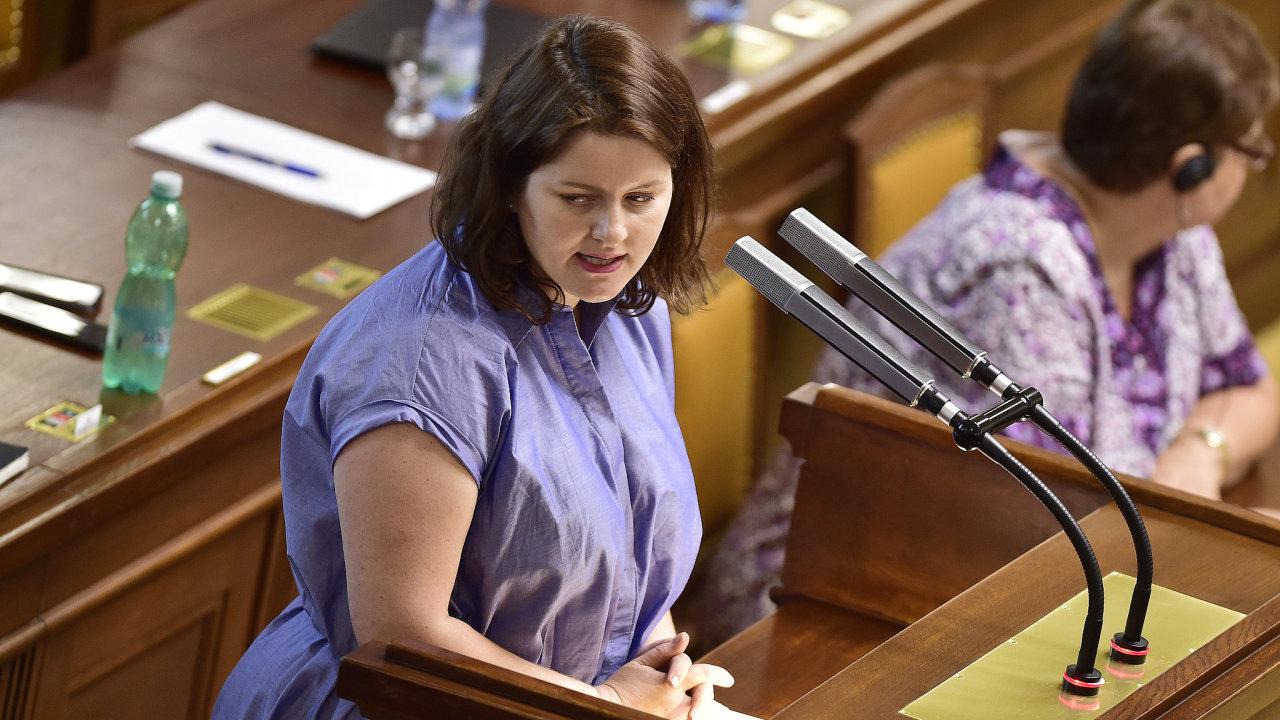 Ministryně práce a sociálních věcí Jana Maláčová ve středu na schůzi sněmovny varovala, že přijetí senátní verze důchodové novely by vyřadilo systém z provozu. Nápor by prý nebylo možné zvládnout.