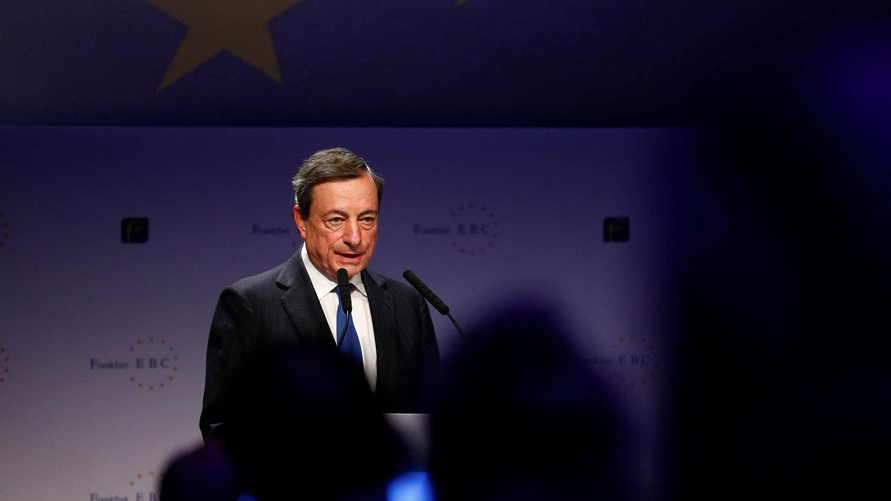 Z Německa se již delší dobu ozývají stížnosti, že mimořádně uvolněná měnová politika ECB znemožňuje dosáhnout přiměřeného zhodnocení úspor. Na fotografii prezident ECB Mario Draghi.