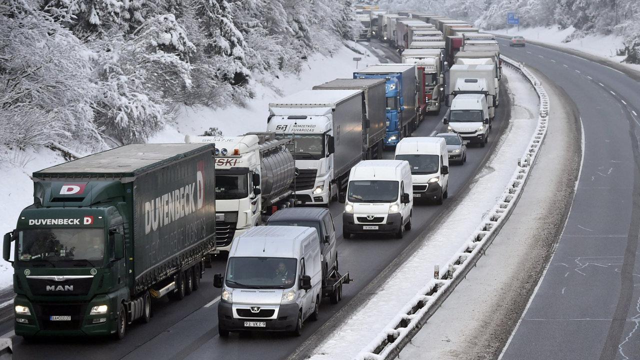 Odstavené kamiony blokovaly 13. prosince 2018 dálnici D1 poblíž obce Jiřice mezi Humpolcem a Koberovicemi na Pelhřimovsku.