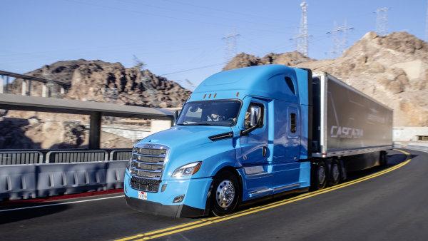 Daimler představil nový tahač Cascadia vybavený technologiemi, které umožňují částečné autonomní řízení. První sériové vozy by mohly na silnici vyjet do konce tohoto roku.