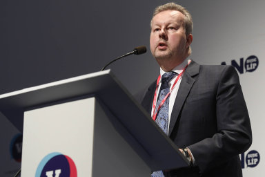 Předpokládáme, že se tam nastřádá částka možná až 100 miliard korun z prodeje emisních povolenek v příštích zhruba deseti letech v novém období, řekl Brabec.
