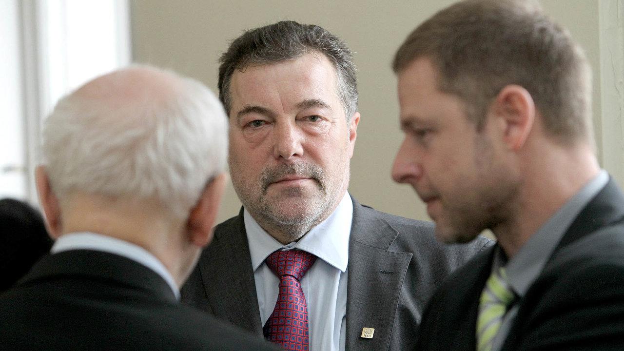 Zmizení peněz nezabránil: Šéf Finančního analytického útvaru MF Jiří Kudlík (uprostřed) mohl převod miliardy zastavit, ale neudělal to. Byl zato stíhán, soud jej osvobodil.