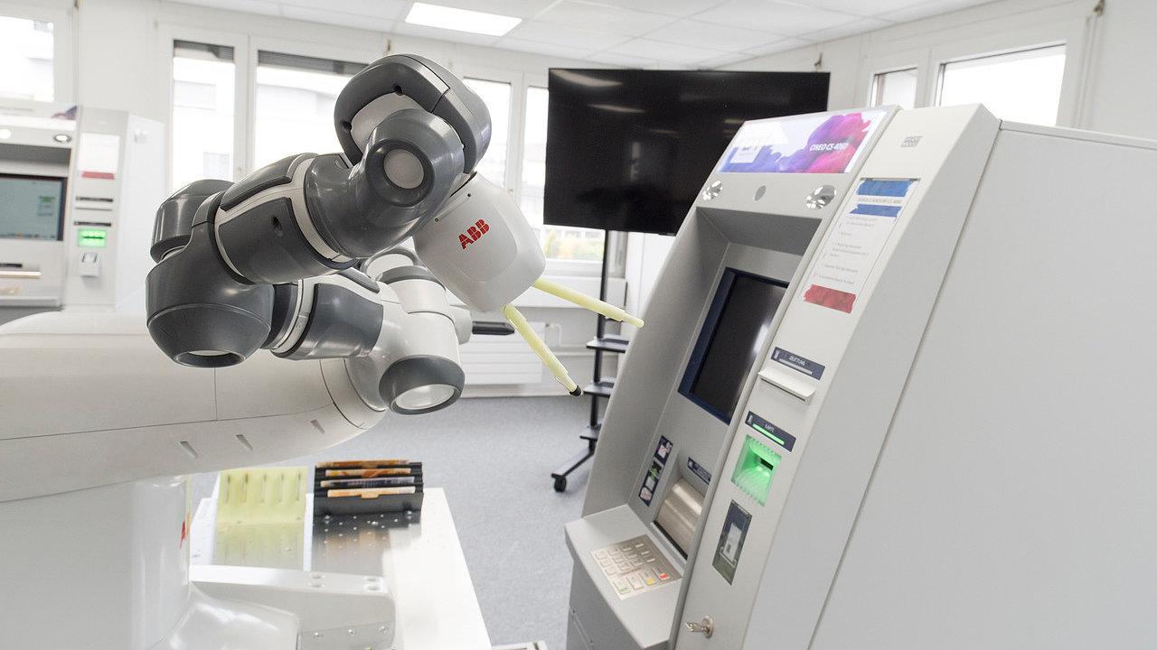 Robot YuMi umí testovat bankomaty