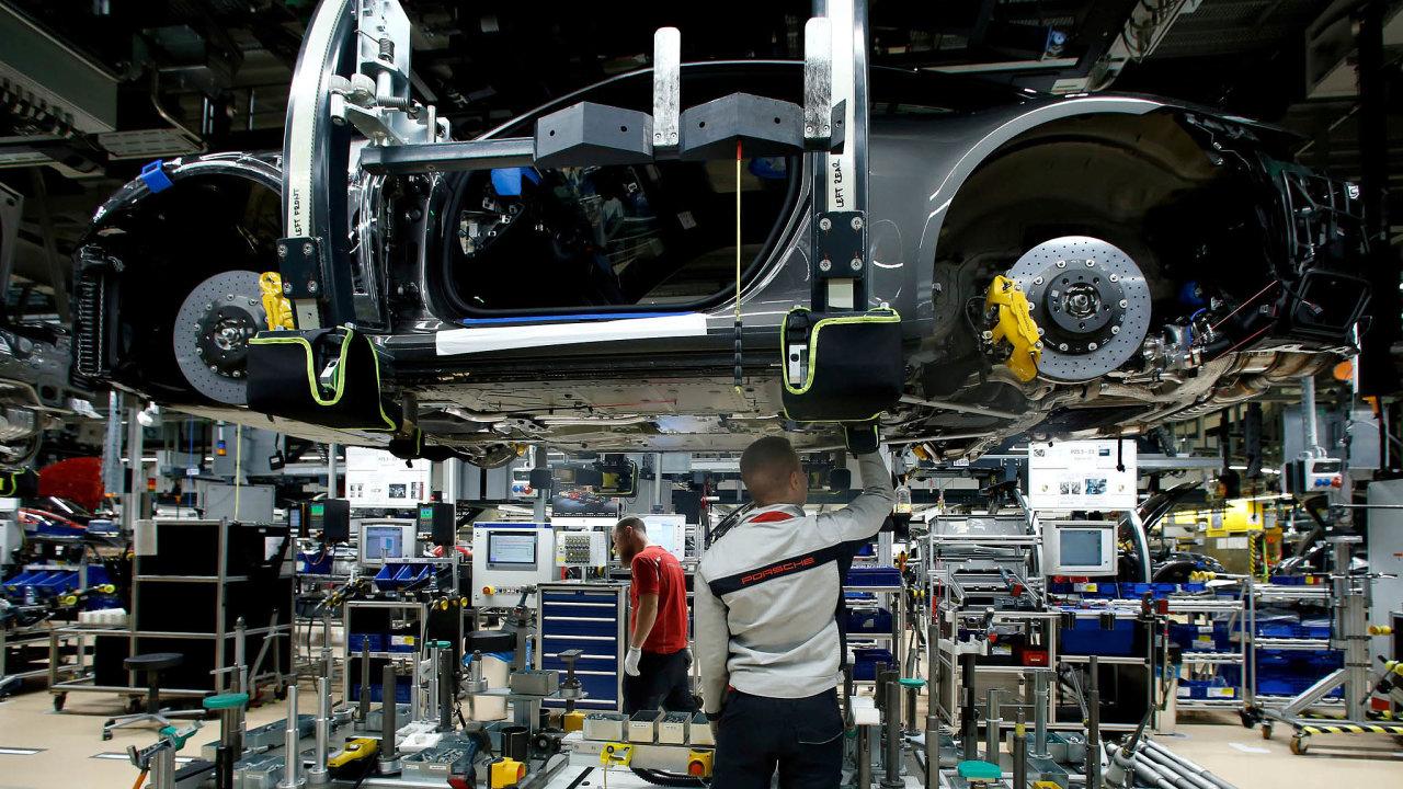 Automobilky jsou nyní obzvlášť výrazně vystavené rizikům plynoucím z politických tahanic poškozujících světový obchod a z nejistoty kolem brexitu.