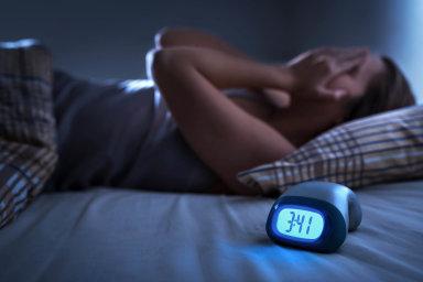 Špatně vyspanému člověku se hůř přemýšlí anedokáže se dostatečně soustředit. Vleklá nespavost pak může vyústit až vdeprese či úzkosti, ale také i v závislost naalkoholu, lécích či kávě.