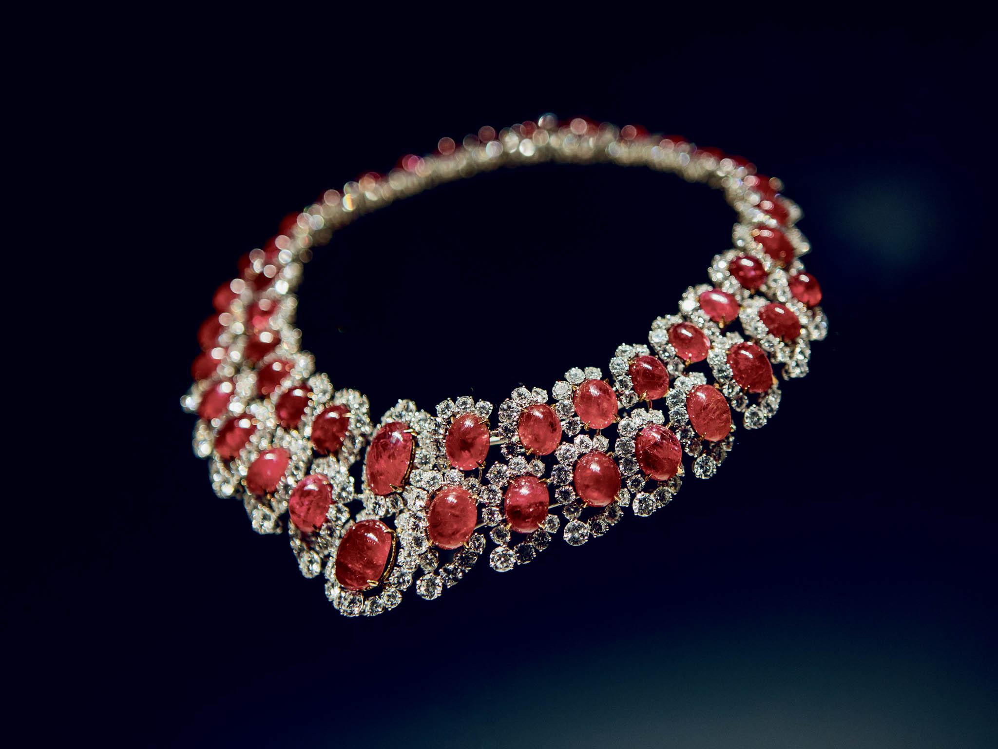 Více než 170 šperků ukazuje růst avývoj šperkařství Bvlgari zmalého rodinného podniku doglobální luxusní značky.