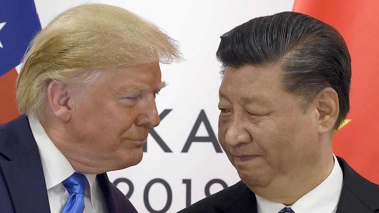 Obchodní válku spolu vedou Spojené státy aČína odloňského roku. Americký prezident Donald Trump viní Čínu znekalých obchodních praktik, které podle něj poškozují americké podniky.