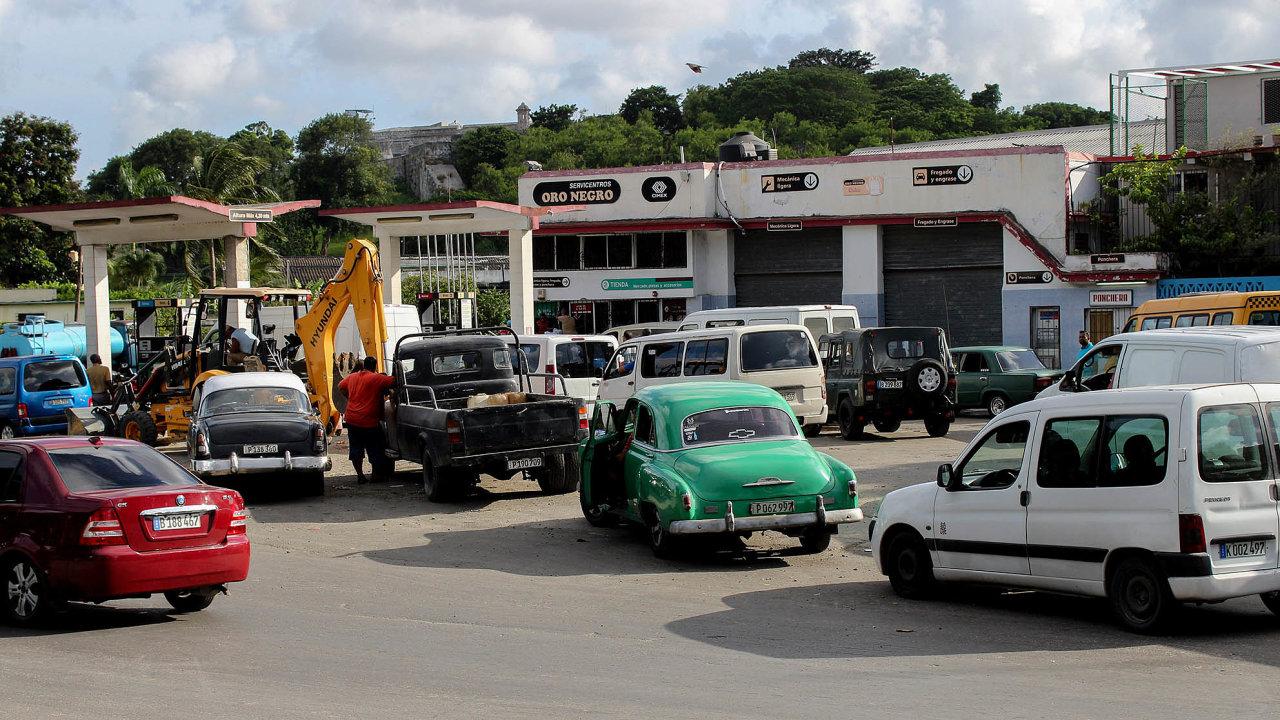 Kuba nasuchu: Ostrov nemá dostatek pohonných hmot. Zjevné je to ubenzinových pump inazastávkách autobusů.