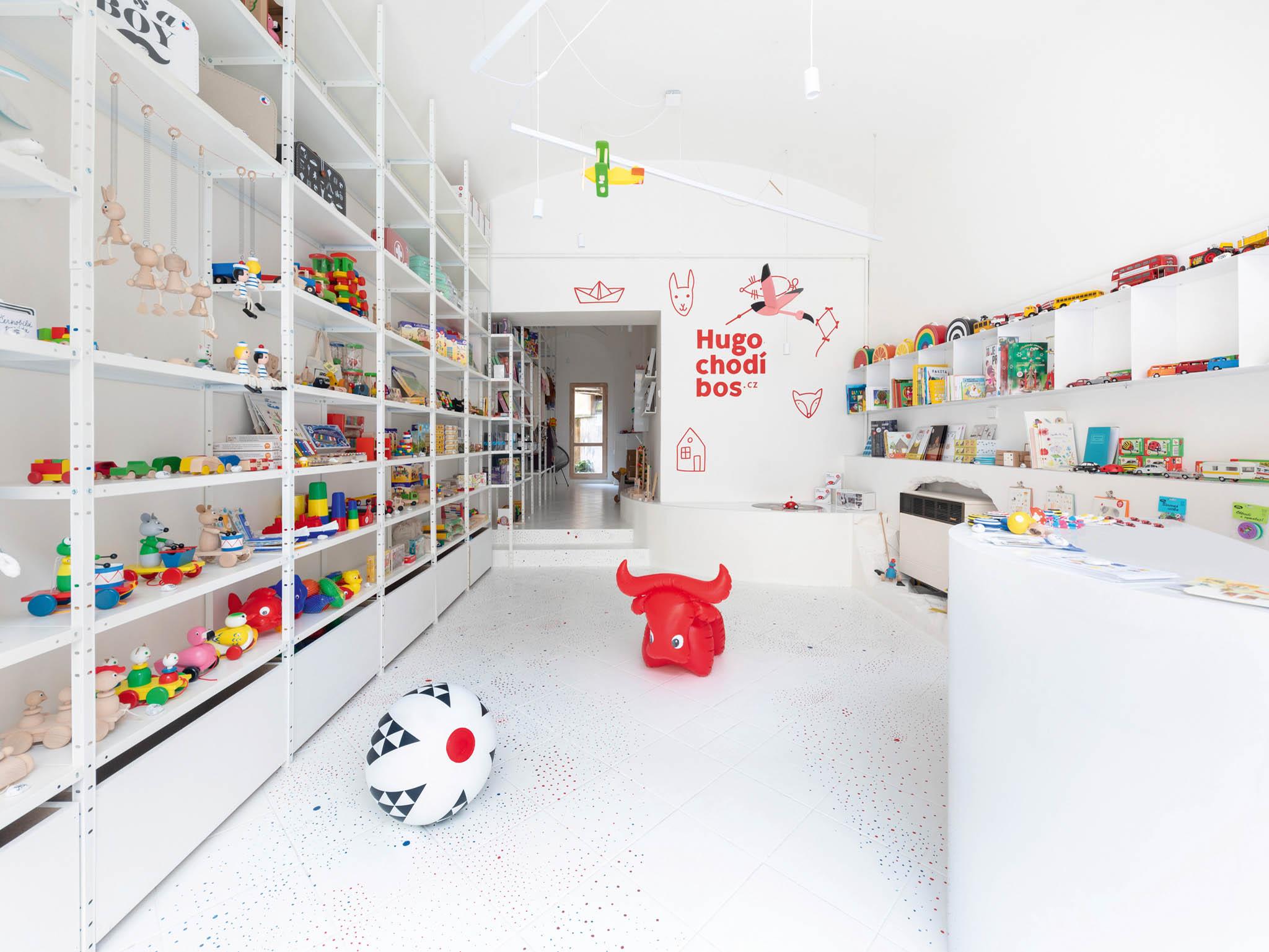 Stoprocentně české hračkářství Hugo chodí bos otevřelo už druhou pobočku. Ato přímo namístě, kde kdysi byla opravna hraček. Anatradici hodlá navázat.