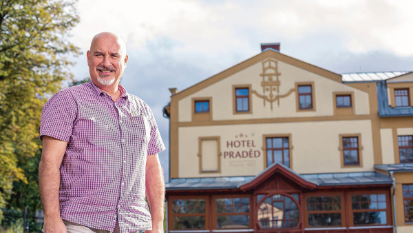 Povíce než třiceti letech zkušeností zhotelového byznysu si Australan sčeskými kořeny splnil dávný sen. Smanželkou Janou si pořídili hotel vměstečku Zlaté Hory nedaleko polských hranic.