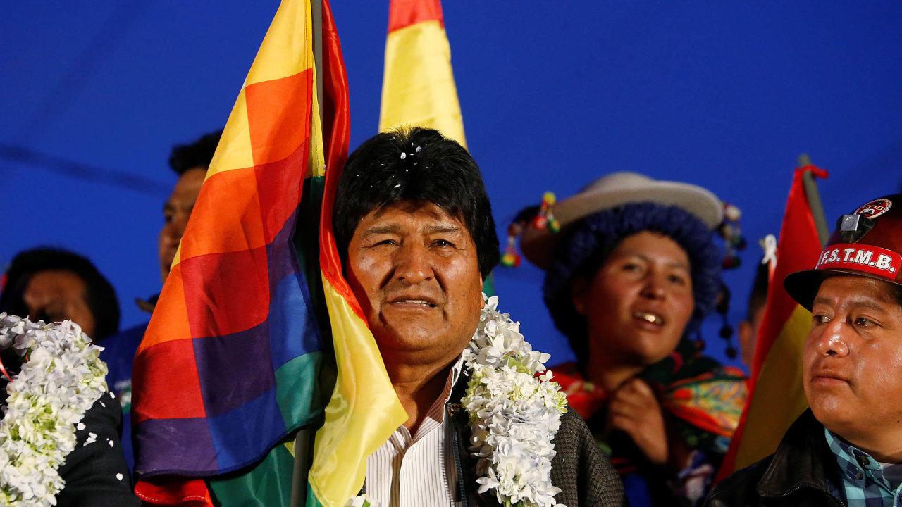 V Bolívii sílí protesty odpůrců a příznivců prezidenta Eva Moralese (na snímku). Na řadě míst vyrostly barikády, demonstranti blokují příjezd do několika měst. Morales v zemi vládne už skoro 14 let.