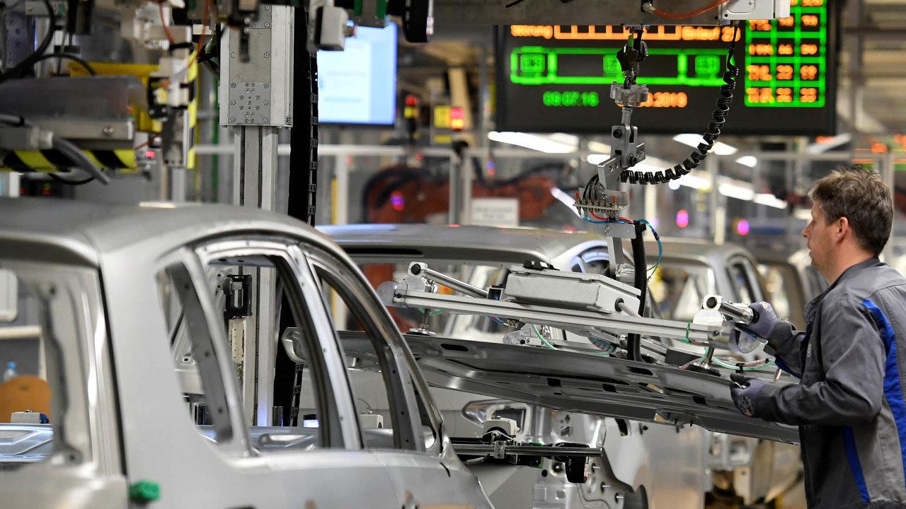 Automobilky vEvropě vymýšlí, jak splnit přísnější limity EU. Volkswagen má velké plány selektromobily. Vpříštím roce jich chce prodat 150 tisíc. Nasnímku továrna VW veWolfsburgu.